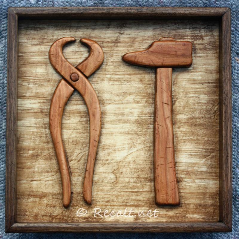 tenailles et marteau - tableau bois - cadre bois – intarsia – outils charpentier